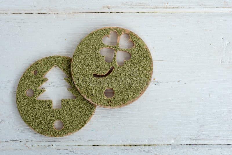 Πράσινη σκόνη τσαγιού Matcha σε μια τυπωμένη μορφή σε ένα ξύλινο πιάτο στοκ φωτογραφίες με δικαίωμα ελεύθερης χρήσης