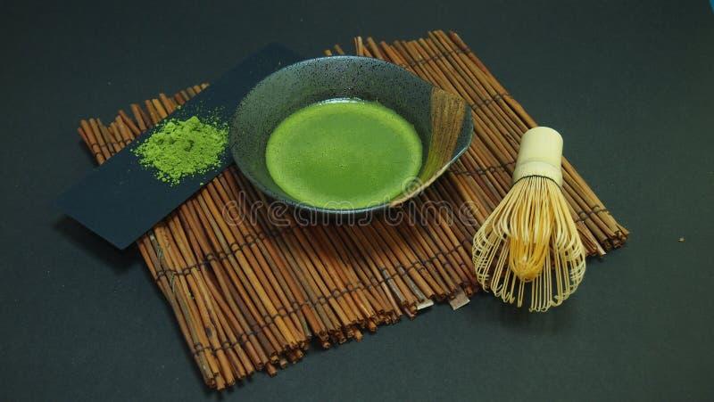 Πράσινη σκόνη τσαγιού Matcha στο χαλί μπαμπού στοκ εικόνα με δικαίωμα ελεύθερης χρήσης