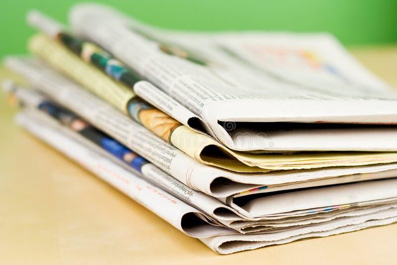 πράσινη στοίβα εφημερίδων &chi στοκ εικόνες
