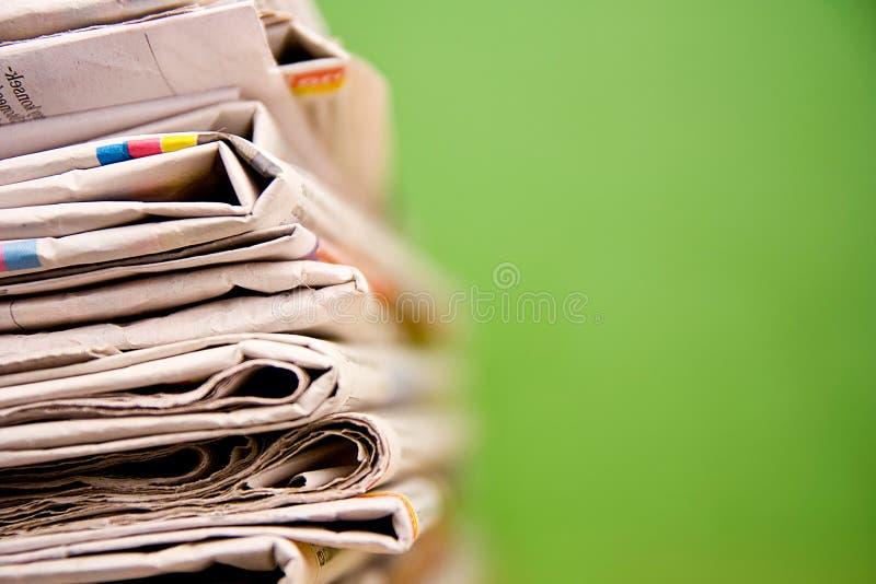 πράσινη στοίβα εφημερίδων &chi στοκ εικόνα με δικαίωμα ελεύθερης χρήσης