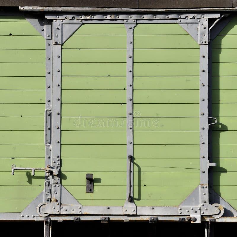 Πράσινη συρόμενη πόρτα μεντών ξυλείας στοκ φωτογραφία με δικαίωμα ελεύθερης χρήσης