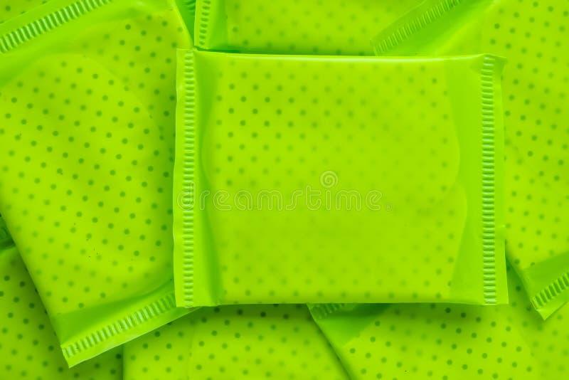 Πράσινη συσκευασία της θηλυκής υγειονομικής πετσέτας στοκ φωτογραφίες με δικαίωμα ελεύθερης χρήσης