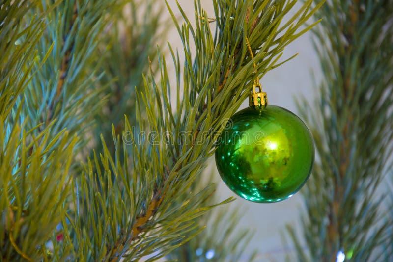 Πράσινη σφαίρα στο χριστουγεννιάτικο δέντρο Υπόβαθρο διακοσμήσεων διακοπών στοκ φωτογραφία με δικαίωμα ελεύθερης χρήσης