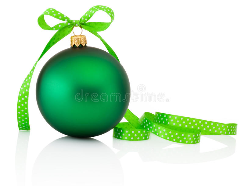 Πράσινη σφαίρα Χριστουγέννων με το τόξο κορδελλών που απομονώνεται στο λευκό στοκ εικόνα