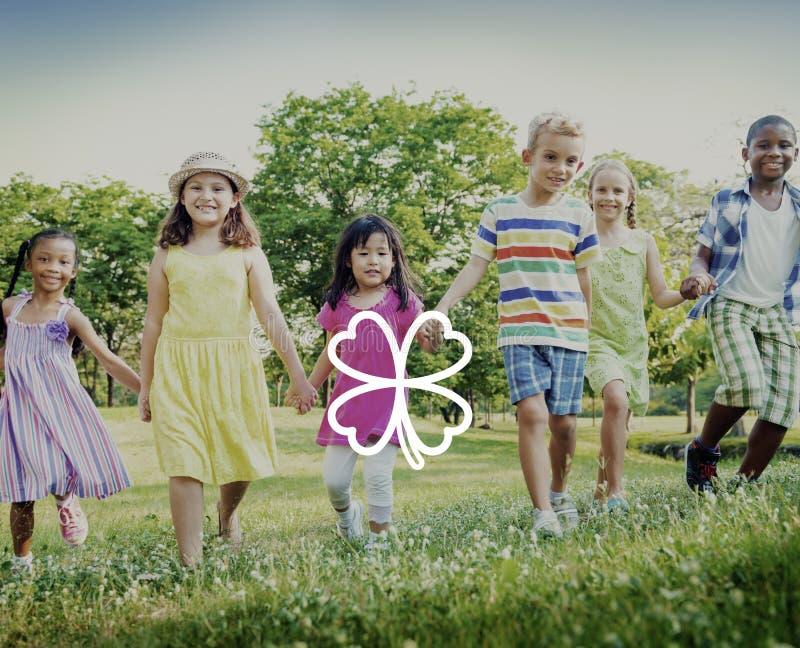 Πράσινη τριφυλλιού έννοια έμπνευσης φύλλων περιβαλλοντική στοκ εικόνα με δικαίωμα ελεύθερης χρήσης
