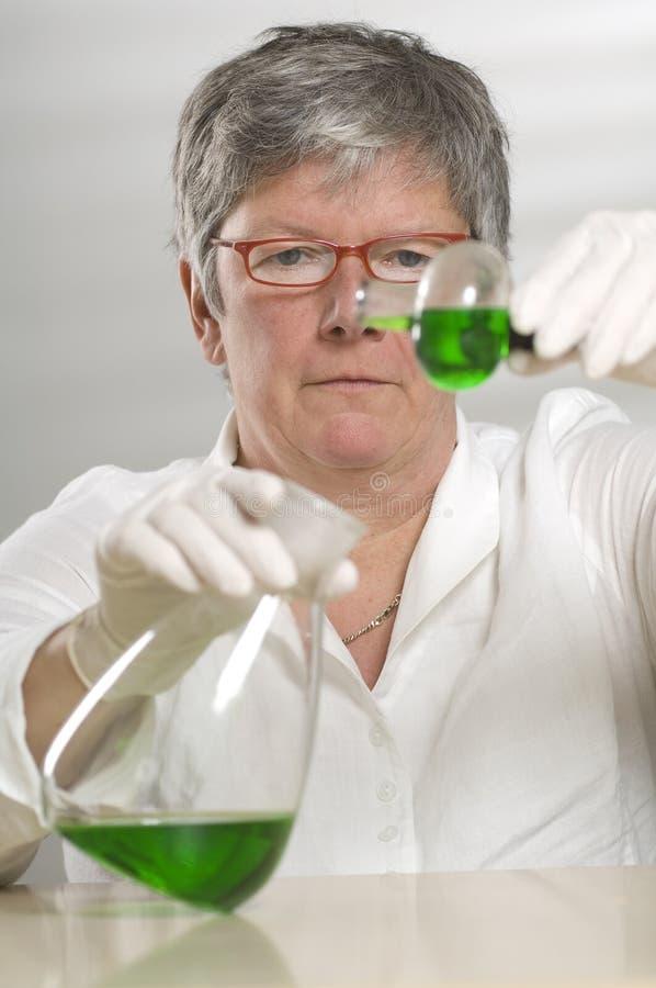 Download πράσινη υγρή εργασία επισ&tau Στοκ Εικόνες - εικόνα από παλτό, επιστήμονας: 17055026