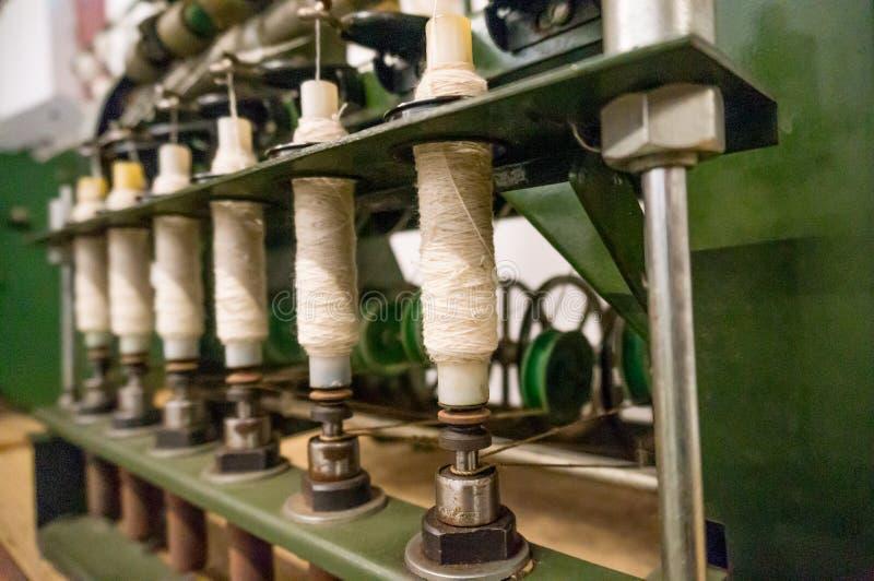Πράσινη υφαίνοντας μηχανή αξόνων που χρησιμοποιείται για να κάνει το ύφασμα στοκ εικόνες