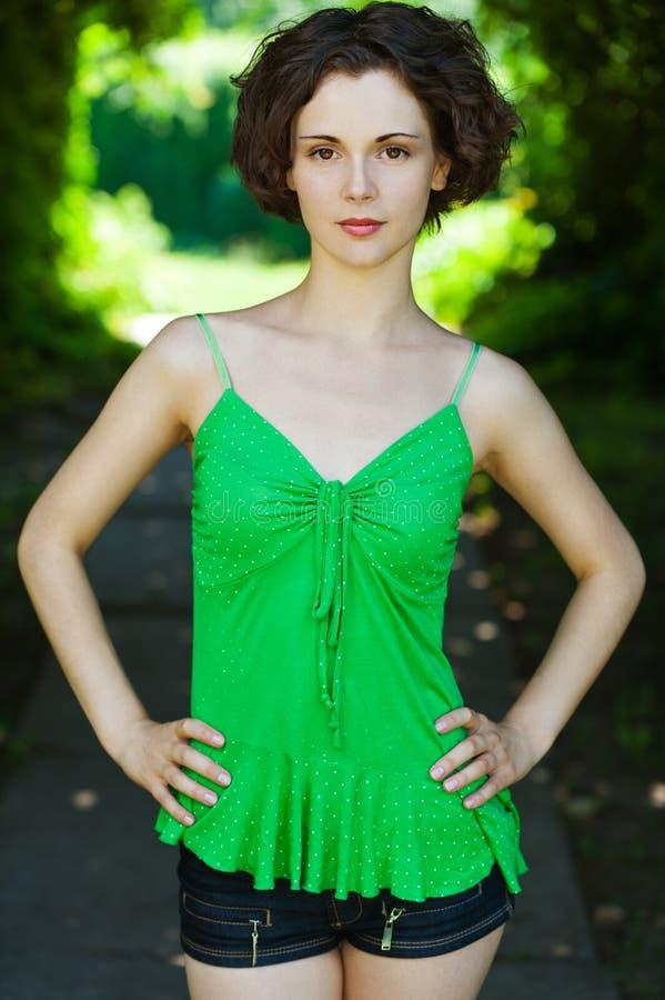 Download πράσινη φανέλλα κοριτσιών στοκ εικόνα. εικόνα από φρέσκος - 22797241