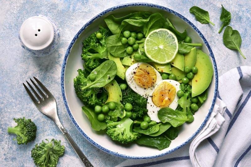 Πράσινη φυτική σαλάτα με το αβοκάντο, το μπρόκολο, το μπιζέλι και τα βρασμένα αυγά σε μια ανοικτό μπλε πλάκα, μια πέτρα ή ένα συγ στοκ φωτογραφία με δικαίωμα ελεύθερης χρήσης