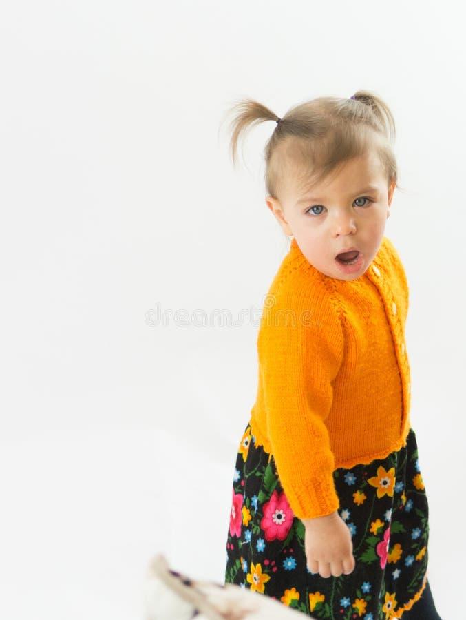 Πράσινη eyed στάση μικρών κοριτσιών και πράσινα μάτια στοκ φωτογραφία με δικαίωμα ελεύθερης χρήσης