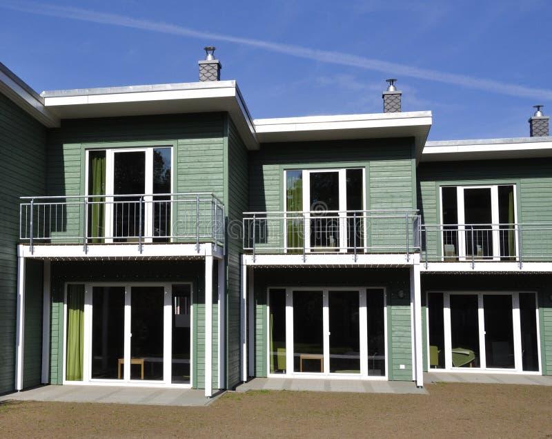 Πράσινη terraced μπροστινός-άποψη σπιτιών στοκ εικόνες με δικαίωμα ελεύθερης χρήσης