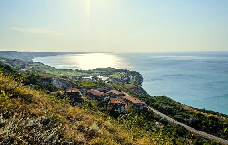 Πράσινοι απότομοι βράχοι Thracian κοντά στο μπλε σαφές νερό Μαύρης Θάλασσας, δύσκολο στοκ φωτογραφία με δικαίωμα ελεύθερης χρήσης