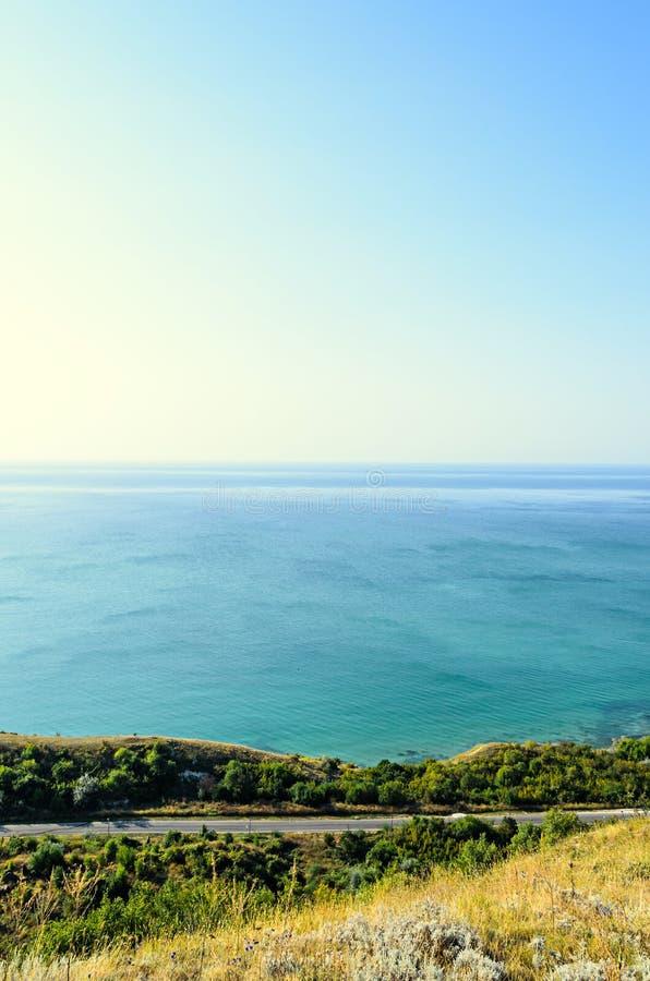 Πράσινοι απότομοι βράχοι Thracian κοντά στο μπλε σαφές νερό Μαύρης Θάλασσας, bulgar στοκ εικόνα