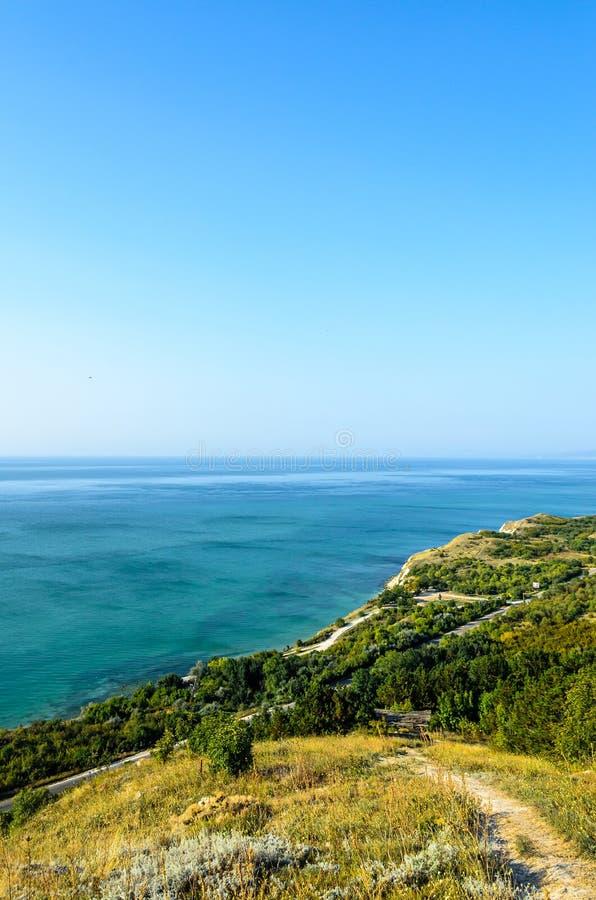 Πράσινοι απότομοι βράχοι Thracian κοντά στο μπλε σαφές νερό Μαύρης Θάλασσας, bulgar στοκ εικόνες