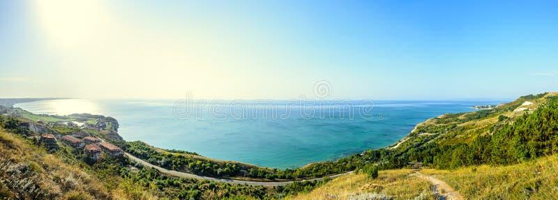 Πράσινοι απότομοι βράχοι Thracian κοντά στο μπλε σαφές νερό Μαύρης Θάλασσας, bulgar στοκ φωτογραφία με δικαίωμα ελεύθερης χρήσης
