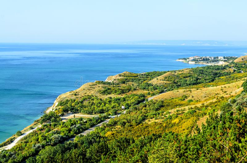 Πράσινοι απότομοι βράχοι Thracian κοντά στο μπλε σαφές νερό Μαύρης Θάλασσας, δύσκολο στοκ φωτογραφίες με δικαίωμα ελεύθερης χρήσης