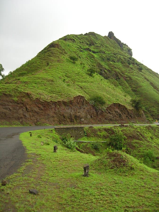 Πράσινοι βουνό και δρόμος στοκ φωτογραφία με δικαίωμα ελεύθερης χρήσης
