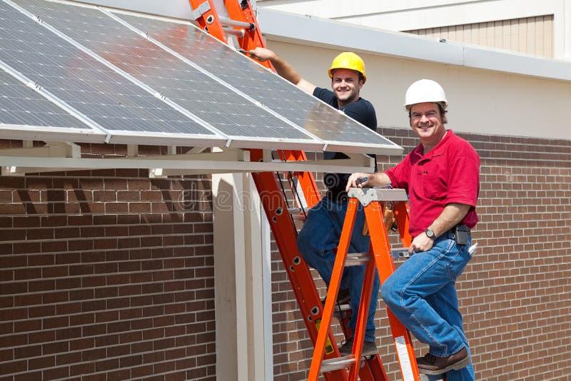 πράσινοι ευτυχείς εργαζόμενοι εργασιών στοκ φωτογραφία