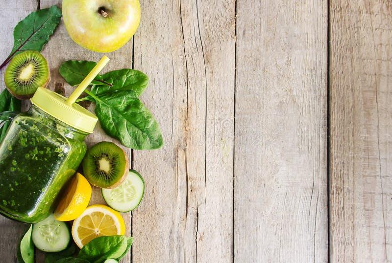 Πράσινοι καταφερτζήδες με τα λαχανικά και τα φρούτα Ημέρα Detox Αδυνάτισμα και έκκριση της σκουριάς κατανάλωση υγιής στοκ εικόνες