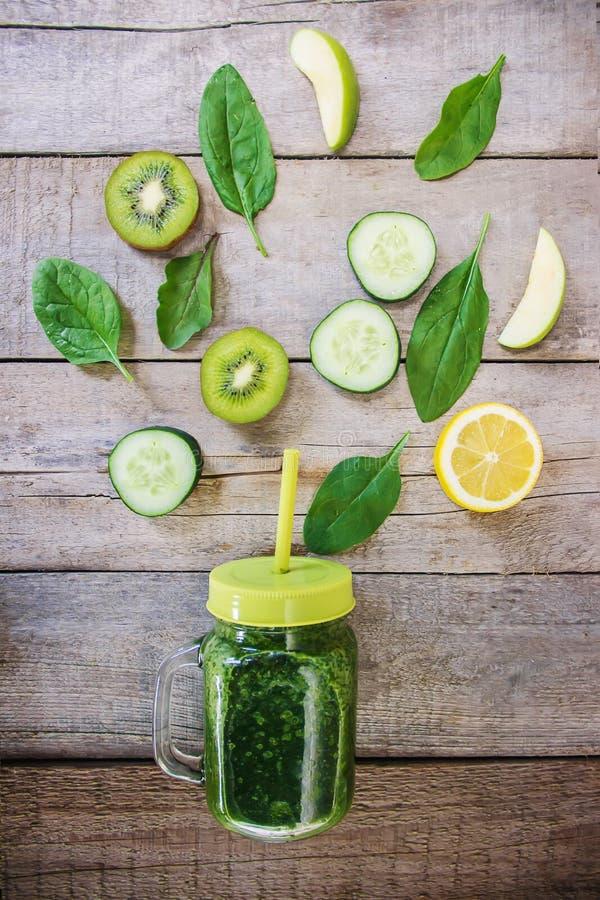 Πράσινοι καταφερτζήδες με τα λαχανικά και τα φρούτα Ημέρα Detox Αδυνάτισμα και έκκριση της σκουριάς κατανάλωση υγιής στοκ εικόνα
