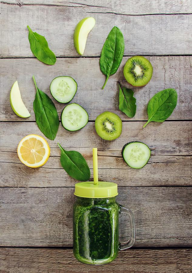 Πράσινοι καταφερτζήδες με τα λαχανικά και τα φρούτα Ημέρα Detox Αδυνάτισμα και έκκριση της σκουριάς κατανάλωση υγιής στοκ εικόνα με δικαίωμα ελεύθερης χρήσης