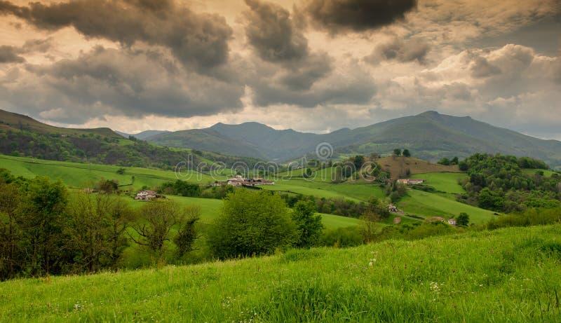 Πράσινοι λόφοι Γαλλικό τοπίο επαρχίας στα βουνά των Πυρηναίων στη βασκική χώρα, Γαλλία στοκ φωτογραφία με δικαίωμα ελεύθερης χρήσης