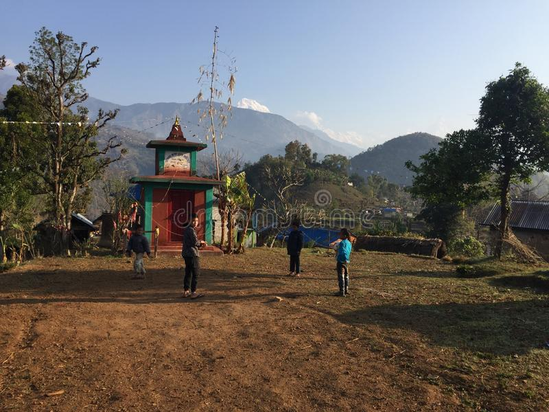 Πράσινοι λόφοι και βουνό αυτό είναι πολύ καλύτερο τοπίο στοκ φωτογραφία με δικαίωμα ελεύθερης χρήσης