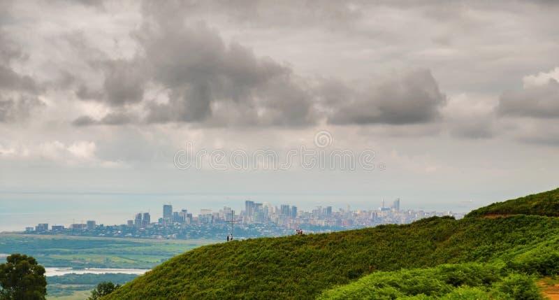 Πράσινοι λόφοι με τη γραμμή πόλεων στοκ εικόνα με δικαίωμα ελεύθερης χρήσης