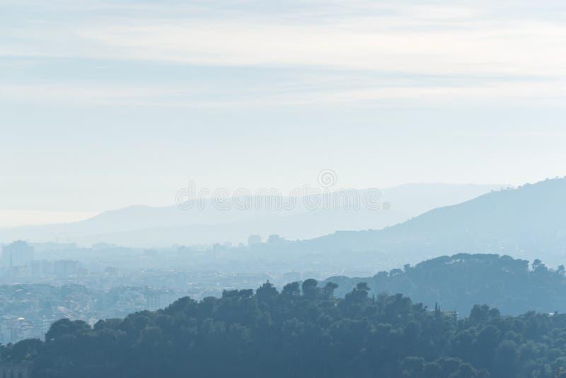 Πράσινοι λόφοι στο υπόβαθρο ουρανού με τα σύννεφα στοκ φωτογραφία