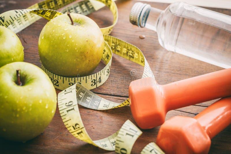 Πράσινοι μήλα, αλτήρες και μέτρηση της ταινίας στοκ εικόνα με δικαίωμα ελεύθερης χρήσης
