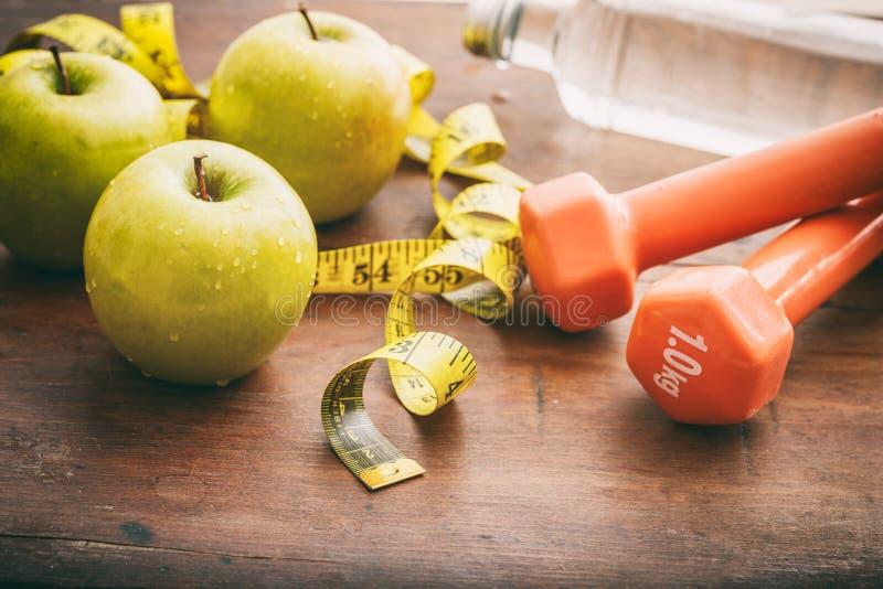 Πράσινοι μήλα, αλτήρες και μέτρηση της ταινίας στοκ φωτογραφία με δικαίωμα ελεύθερης χρήσης