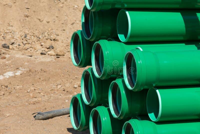 Πράσινοι πλαστικοί σωλήνες σε ένα εργοτάξιο οικοδομής στοκ εικόνα