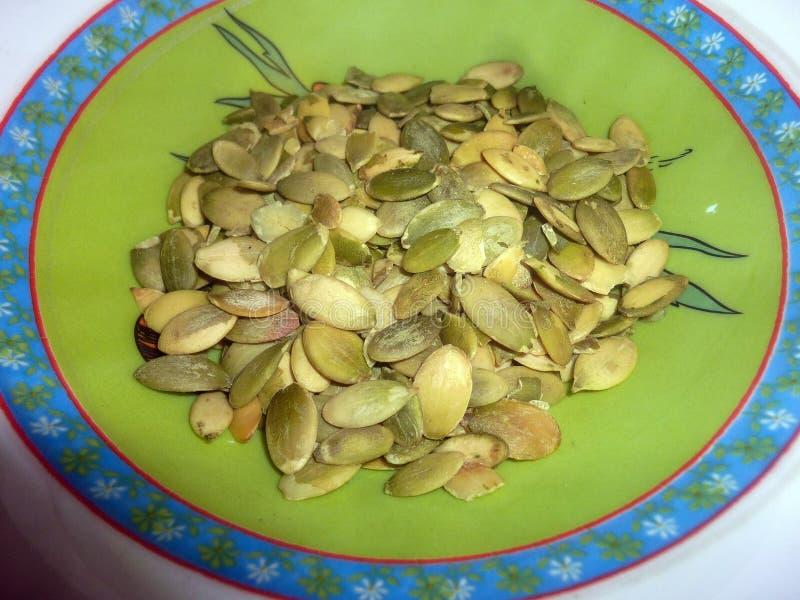 Πράσινοι υγιείς σπόροι κολοκύθας στο πιάτο στοκ φωτογραφία με δικαίωμα ελεύθερης χρήσης