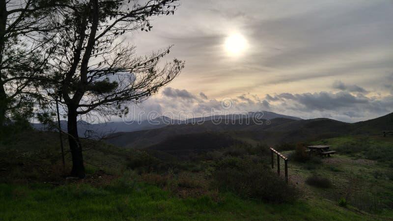 Πράσινοι λόφοι, σκοτεινοί στοκ εικόνα με δικαίωμα ελεύθερης χρήσης