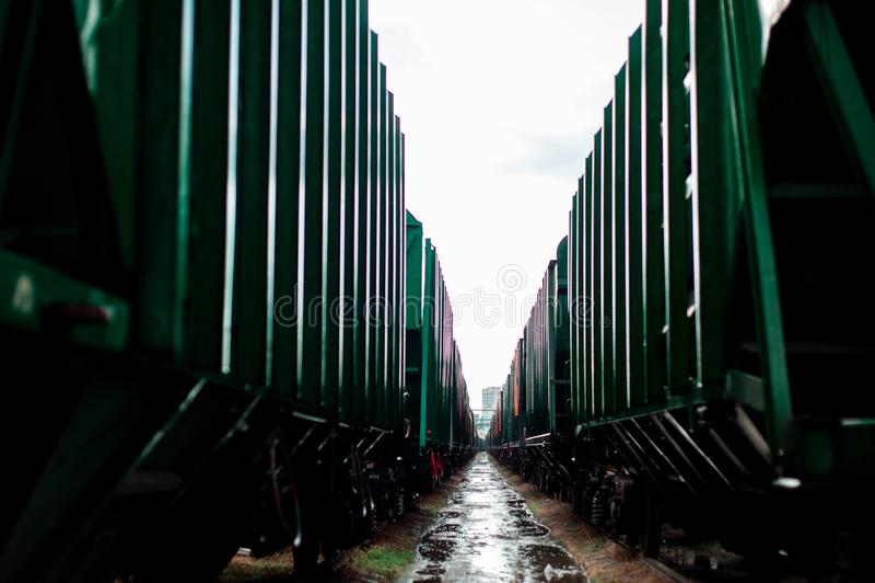Πράσινος βαγονιών εμπορευμάτων τραίνων που σταματούν υπέροχα δύο βαγόνια εμπορευμάτων στοκ εικόνες