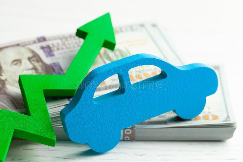 Πράσινος γραφικός επάνω βελών στο υπόβαθρο του αυτοκινήτου και έναν σωρό των χρημάτων εξαργυρώνει τα δολάρια Η έννοια της αύξησης στοκ φωτογραφίες