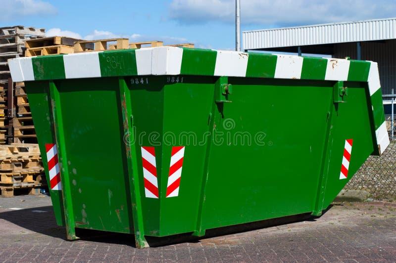 Πράσινος εκσκαφέας για τα απόβλητα στοκ εικόνα με δικαίωμα ελεύθερης χρήσης