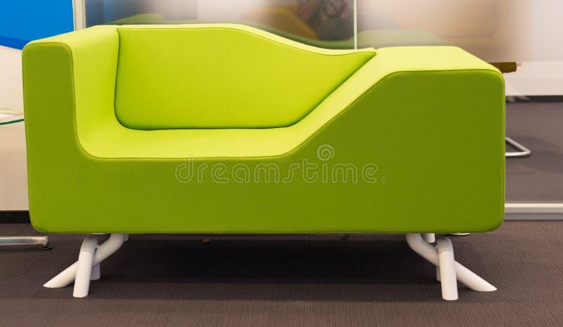 Πράσινος καναπές γραφείων στοκ φωτογραφία με δικαίωμα ελεύθερης χρήσης