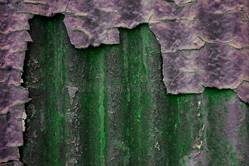 Πράσινος κατασκευασμένος τοίχος με το θρυμματισμένο παλαιό ασβεστοκονίαμα στοκ φωτογραφία