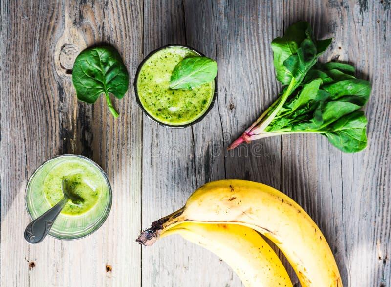 Πράσινος καταφερτζής βιταμινών με το σπανάκι, μπανάνα, καθαρή κατανάλωση στοκ φωτογραφία με δικαίωμα ελεύθερης χρήσης