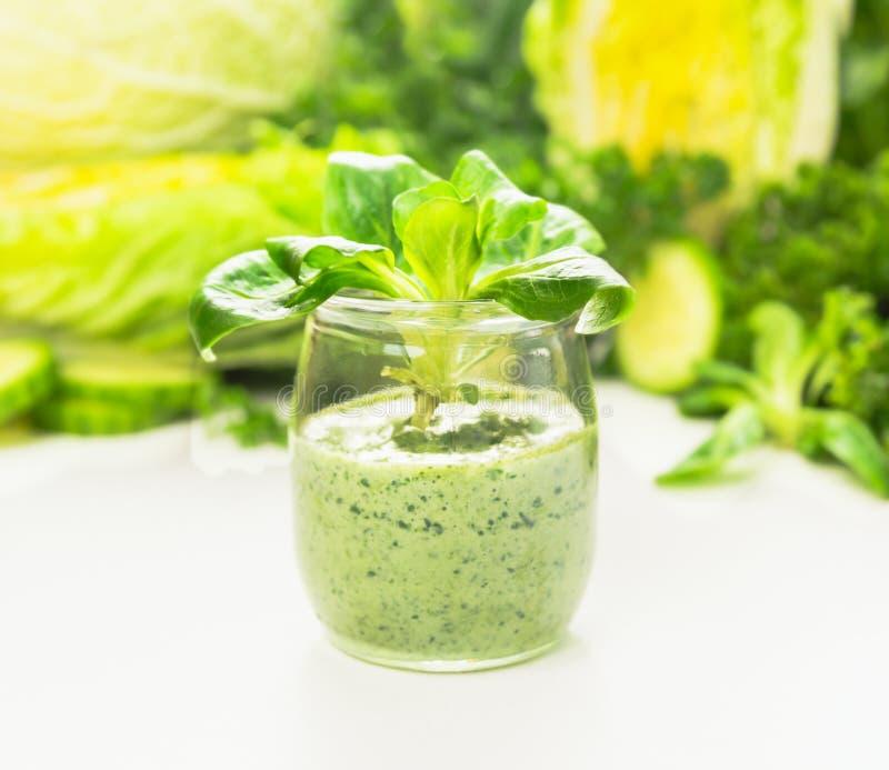 Πράσινος καταφερτζής με τα φύλλα σαλάτας στο βάζο γυαλιού, υγιή τρόφιμα στοκ εικόνες