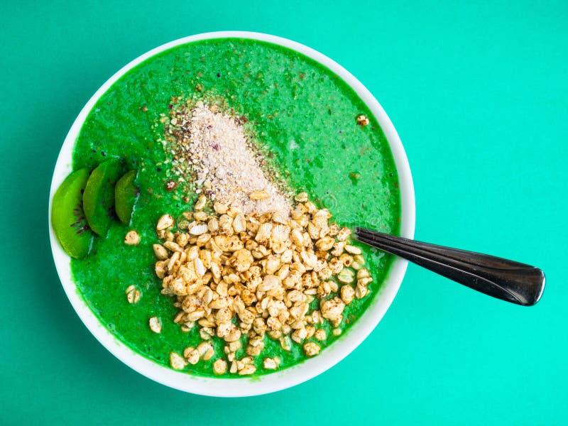 Υγιής έννοια διατροφής και διατροφής Πράσινος καταφερτζής με το οργανικό σπανάκι ασβέστη μπρόκολου μήλων φύλλων κατσαρού λάχανου, στοκ φωτογραφίες