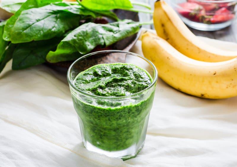 Πράσινος καταφερτζής με το σπανάκι, το ακτινίδιο, τη μέντα και την μπανάνα, καλοκαίρι στοκ φωτογραφία με δικαίωμα ελεύθερης χρήσης