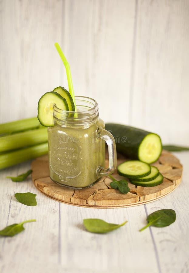 Πράσινος καταφερτζής με το σπανάκι, το σέλινο και το αγγούρι στοκ φωτογραφία