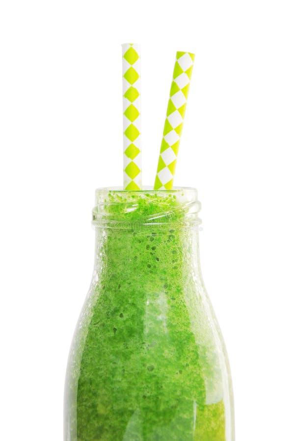 Πράσινος καταφερτζής στο βάζο με τα άχυρα που απομονώνονται σε ένα άσπρο υπόβαθρο με το ψαλίδισμα της πορείας στοκ εικόνα με δικαίωμα ελεύθερης χρήσης