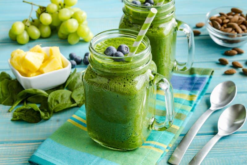 Πράσινος καταφερτζής του Kale Detox σπανακιού στοκ εικόνα