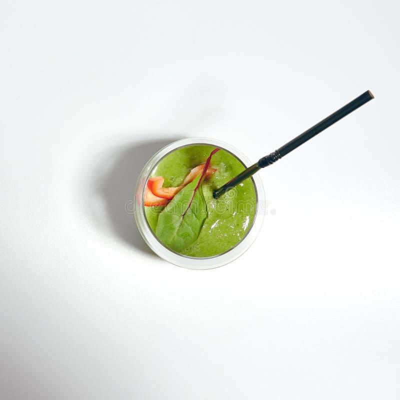 Πράσινος καταφερτζής το σπανάκι, την μπανάνα, το αγγούρι και τη μέντα που απομονώνονται με στοκ εικόνες