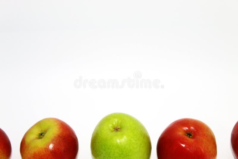 Πράσινος μεταξύ του κοκκίνου σε ένα άσπρο υπόβαθρο στοκ φωτογραφία με δικαίωμα ελεύθερης χρήσης