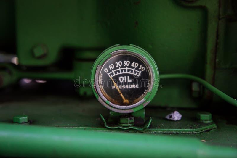 Πράσινος μετρητής πίεσης στο τρακτέρ του John Deere στοκ φωτογραφίες
