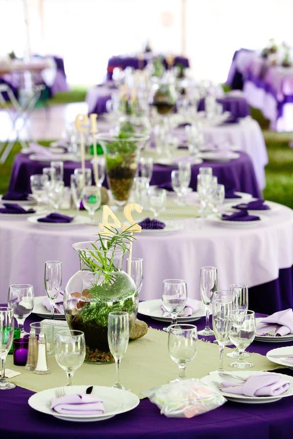 πράσινος πορφυρός επιτραπέζιος γάμος στοκ εικόνα
